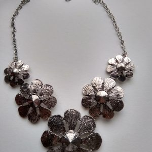 Collar Flores color plateado